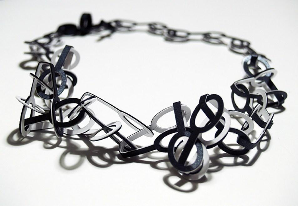 full_Necklace_Link_small_O_black_and_white_detail_web
